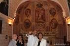 Al Bano apprezza la rara bellezza di questa particolare chiesa pugliese