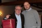 Gianpaolo Cassese regala ad Alberto Marcomini un pumo di Grottaglie