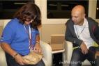 Gianpaolo Cassese dona un piatto di ceramica di Grottaglie alla Sig.ra Mònica Rivero
