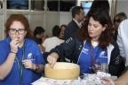Una degustazione di formaggio Don Carlo per la famiglia Sacchi