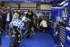 Valentino Rossi e la sua moto 46 ai box Yamaha