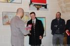 Gianpaolo Cassese fa dono di una copia di Mai più Terroni di Pino aprile al dott. Lenti per la vicinanza della BCC di San Marzano