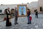 don Francesco Simone consegna il quadro di San Michele a Gianpaolo e Giusi Cassese