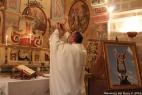 don Francesco Simone, parroco della Parrocchia San Michele di San Simone in Crispiano, celebra l'Eucarestia