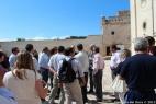 Gli argentini ascoltano attentamente la storia della Masseria del Duca mentre ne ammirano la bellezza architettonica