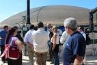 Gianpaolo Cassese spiega il funzionamento dell'impianto di biogas agli attenti visitatori.